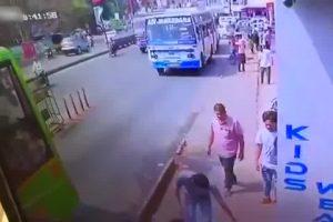 Por chatear en la calle hombre sufre trágico accidente