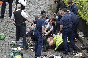 El parlamentario Tobias Ellwood (centro), ayuda a los servicios de emergencia a atender a una persona herida fuera de las Casas del Parlamento en Londres. / AP. Imagen Por: El parlamentario Tobias Ellwood (centro), ayuda a los servicios de emergencia a atender a una persona herida fuera de las Casas del Parlamento en Londres. / AP