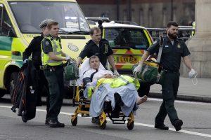 Servicios de emergencia transportan un herido. / AP. Imagen Por: Servicios de emergencia transportan un herido. / AP