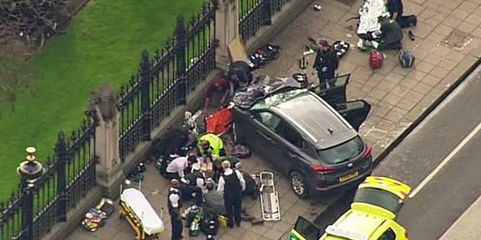© AP 2017. Imagen Por: Agentes de la policía alrededor del auto que se estrelló adyacente al área de las Casas del Parlamento. / AP