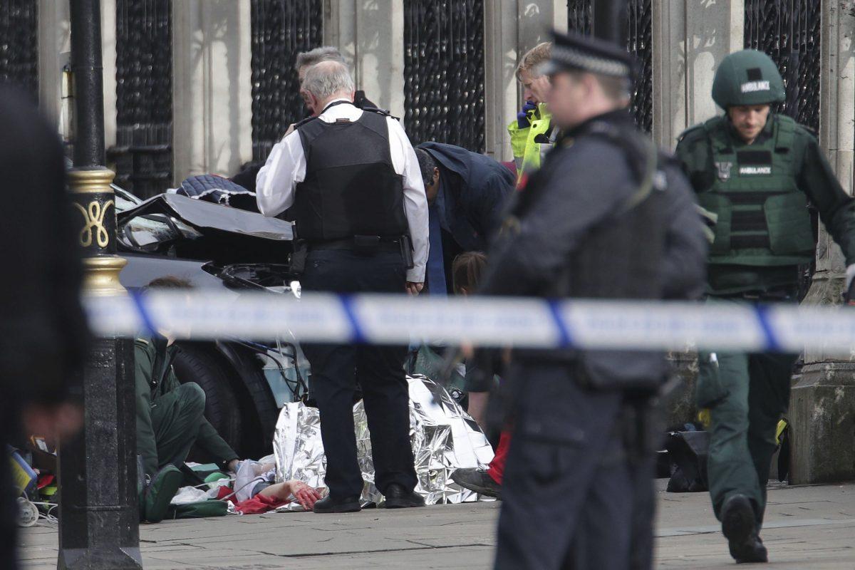 © Press Association. Imagen Por: Personal de emergencia atiende una persona herida cera del Palacio del Parlamento en Londres. / AP