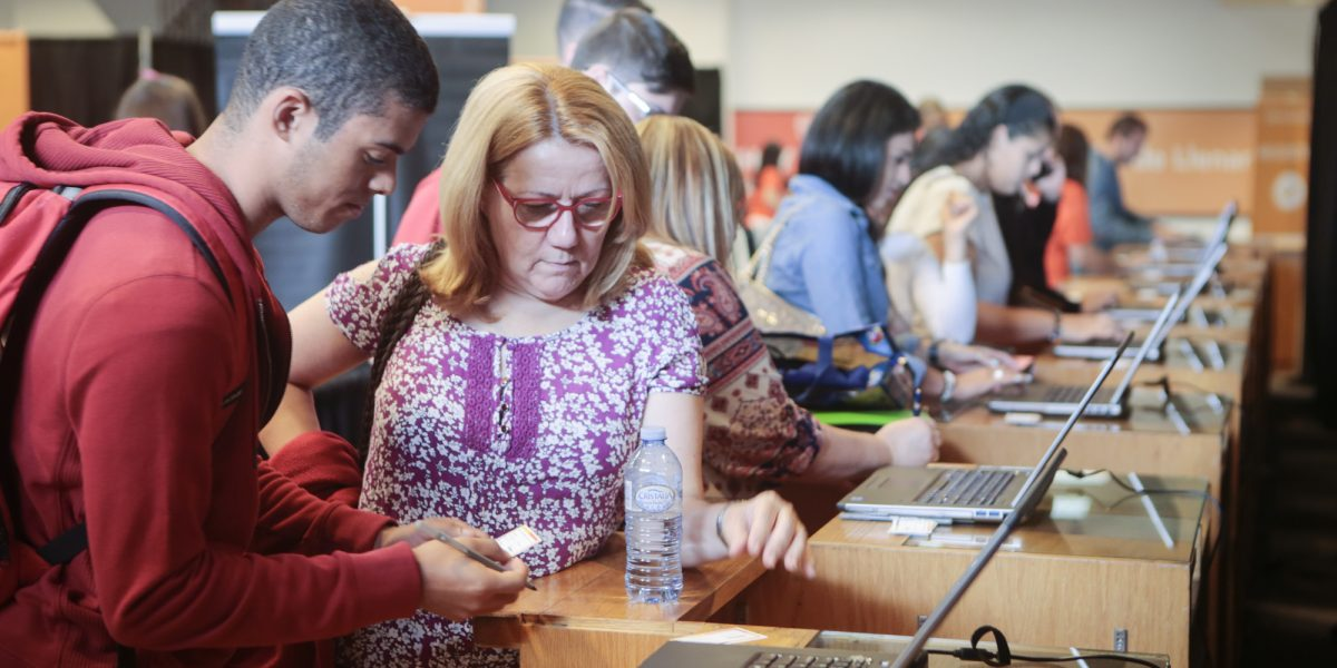 Orientan sobre ayudas económicas para cursar estudios universitarios