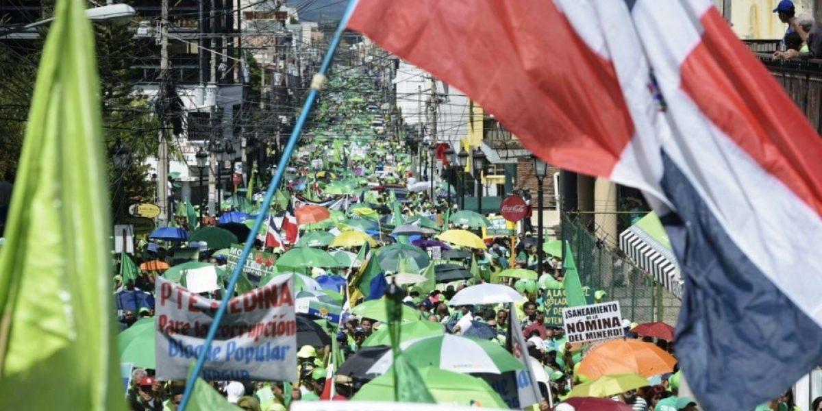 Miles de dominicanos protestan contra la corrupción y la impunidad