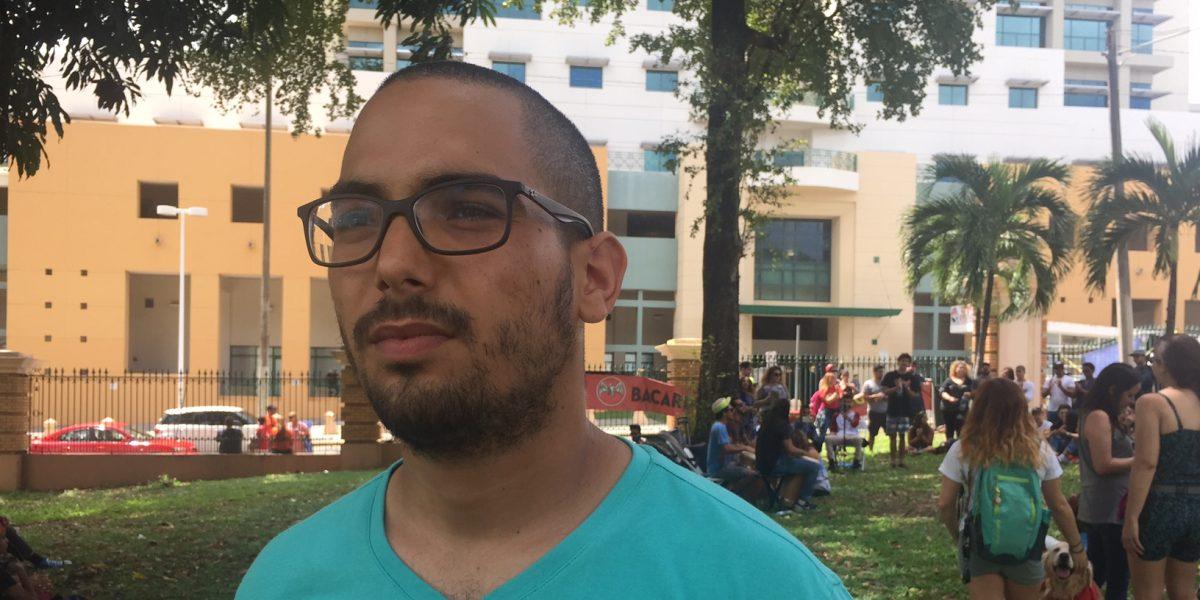 "Estudiantes piden recordar ""pasado"" de profesor que escupieron"