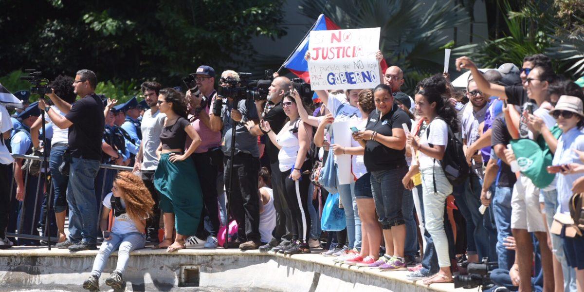 Universitarios protestan frente al Centro de Convenciones