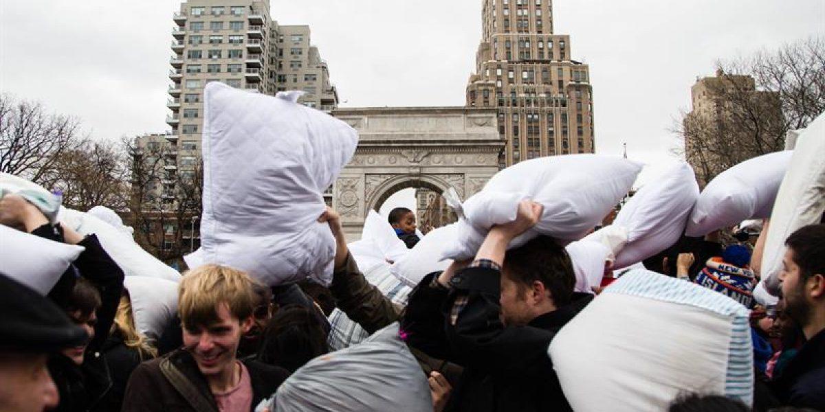 Pelea de almohadas enfrenta a decenas de personas en Nueva York
