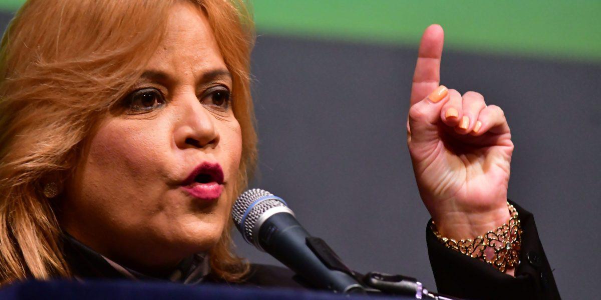 Flanqueada de mujeres vicealcaldesa defiende a Guaynabo