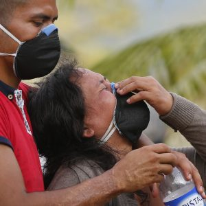 Sobrevivientes lloran la pérdida de un familiar que fue víctima de la avalancha mortal. Hoy, lunes de abril de 2017, se llevó a cabo un entierro masivo en Mocoa, Colombia, el lunes, 3 de abril de 2017. (Foto: AP / Fernando Vergara)