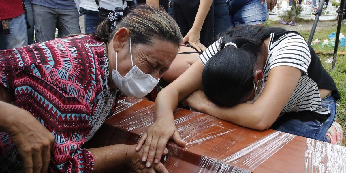 Entierran a sus seres queridos tras la tragedia en Colombia