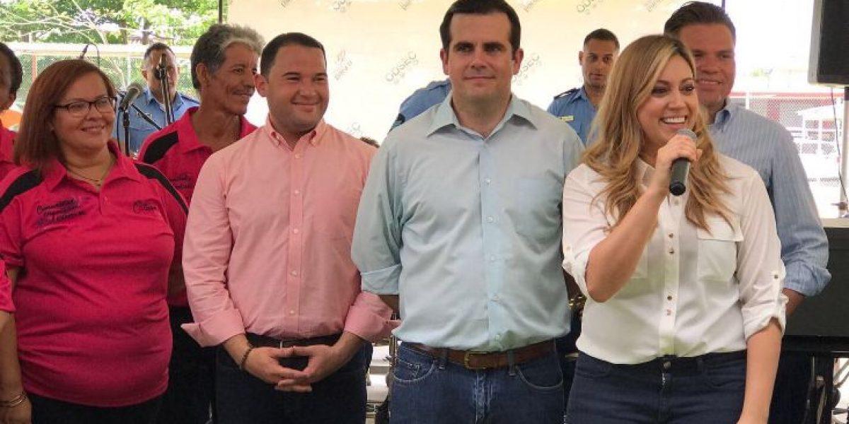 Gobernador entrega vales y títulos de propiedad en Cataño