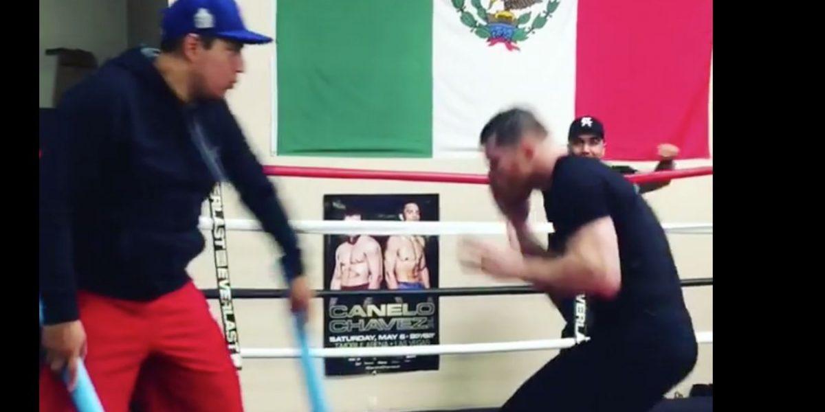 Canelo Álvarez esquiva a los oponentes al ritmo de la salsa