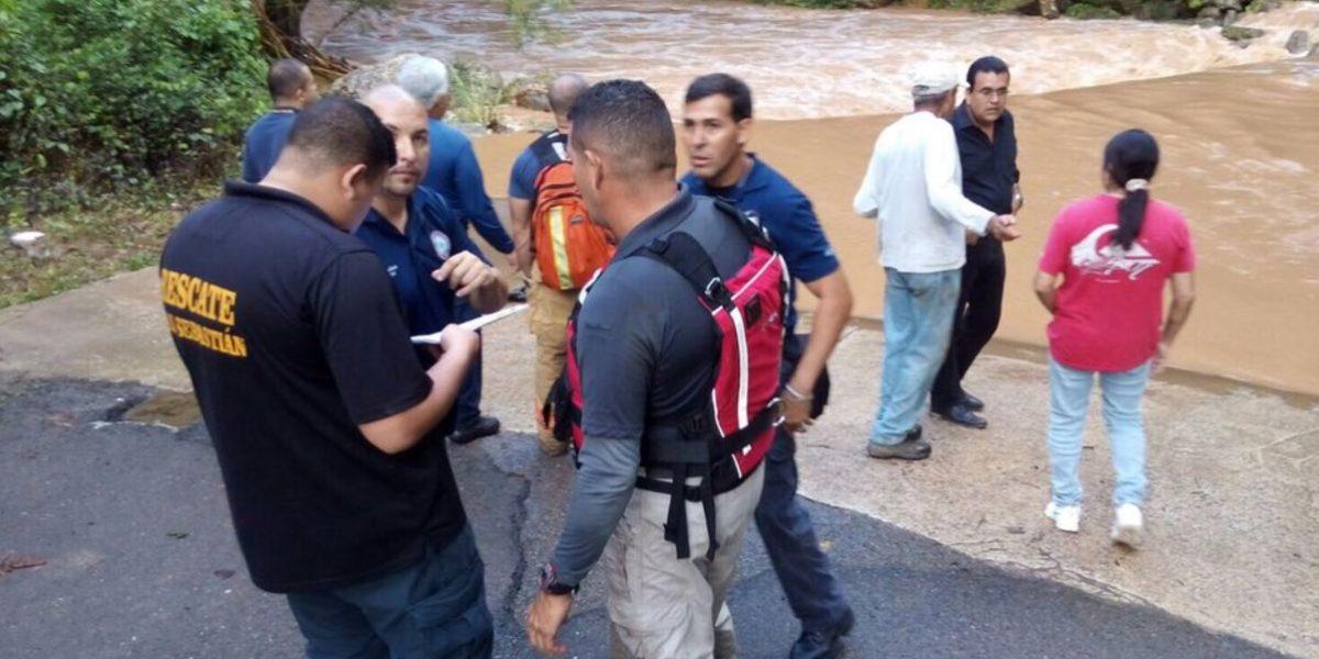 Buscan hermanos arrastrados por corrientes de río en San Sebastián