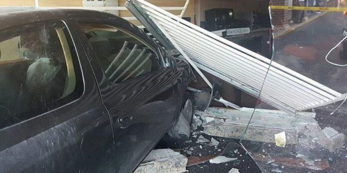 Hombre entra a tienda con su auto en centro comercial de Ponce