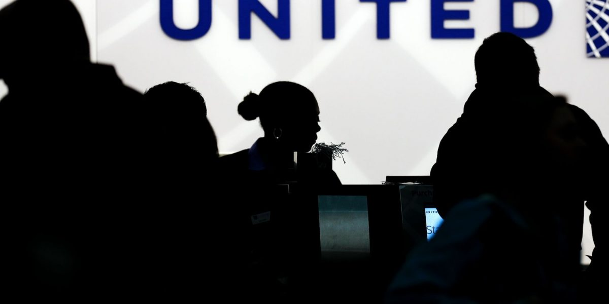 United Airlines compensará a pasajeros de polémico vuelo