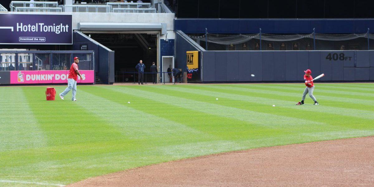 Yadier Molina comparte con uno de sus hijos en el estadio de los Yankees