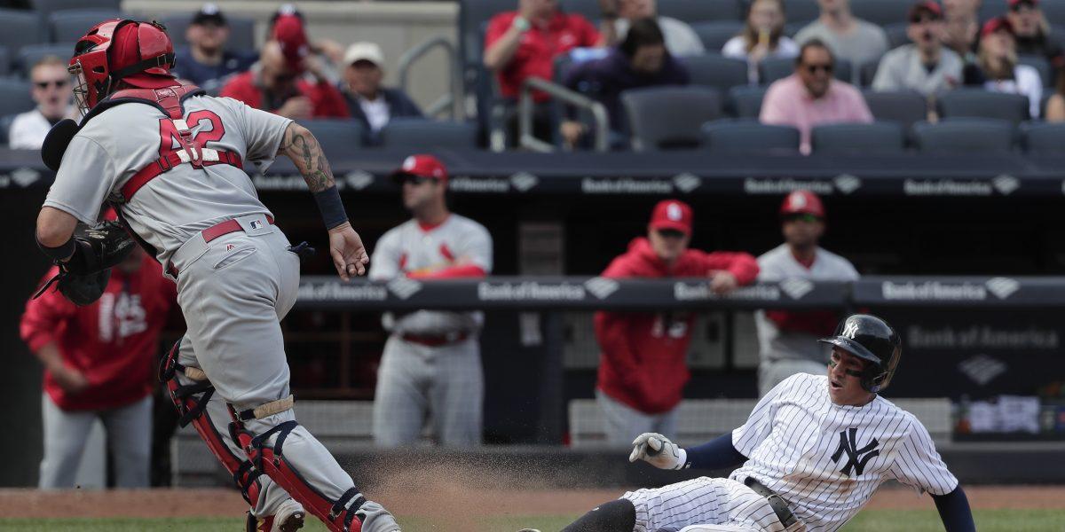 Yankees vencen 3-2 a Cardinals y un descontrolado Martínez