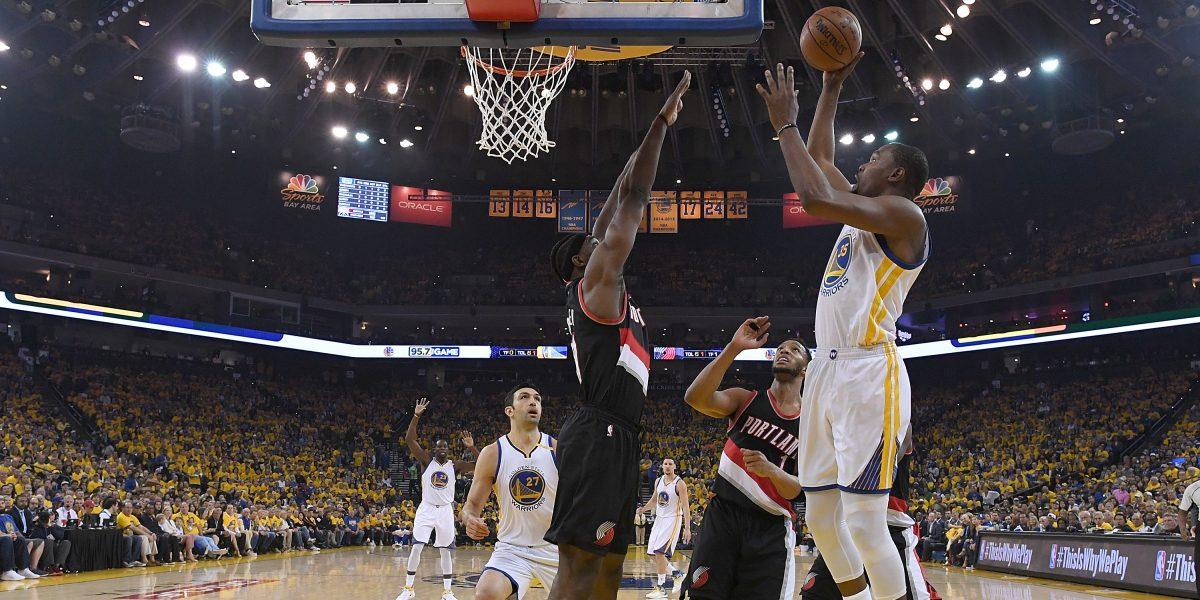 Warriors ganan tras despegue en el cuarto parcial