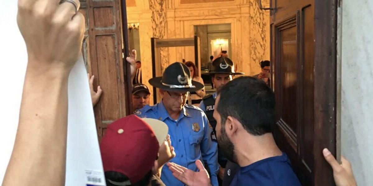 Arrestan a estudiante que intentaba entrar al Capitolio