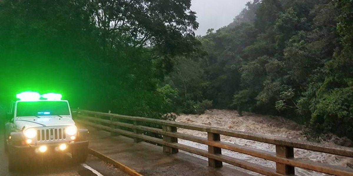 Ciudadano salva familia tras fuerte golpe de agua en Río Grande