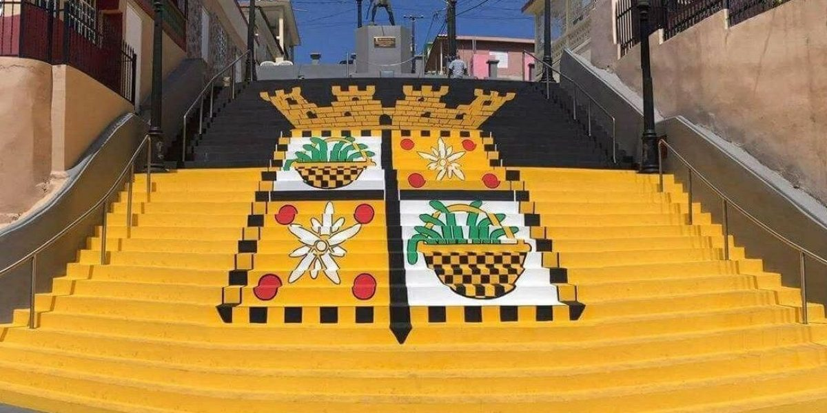 Pintan bandera de Yauco en icónicas escalinatas