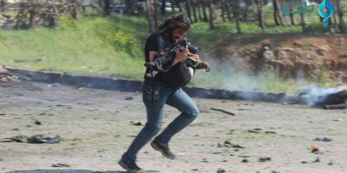 El fotógrafo que arriesgó su vida para salvar una víctima de ataque sirio