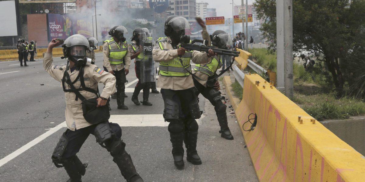 Oposición venezolana marcha contra la represión policial