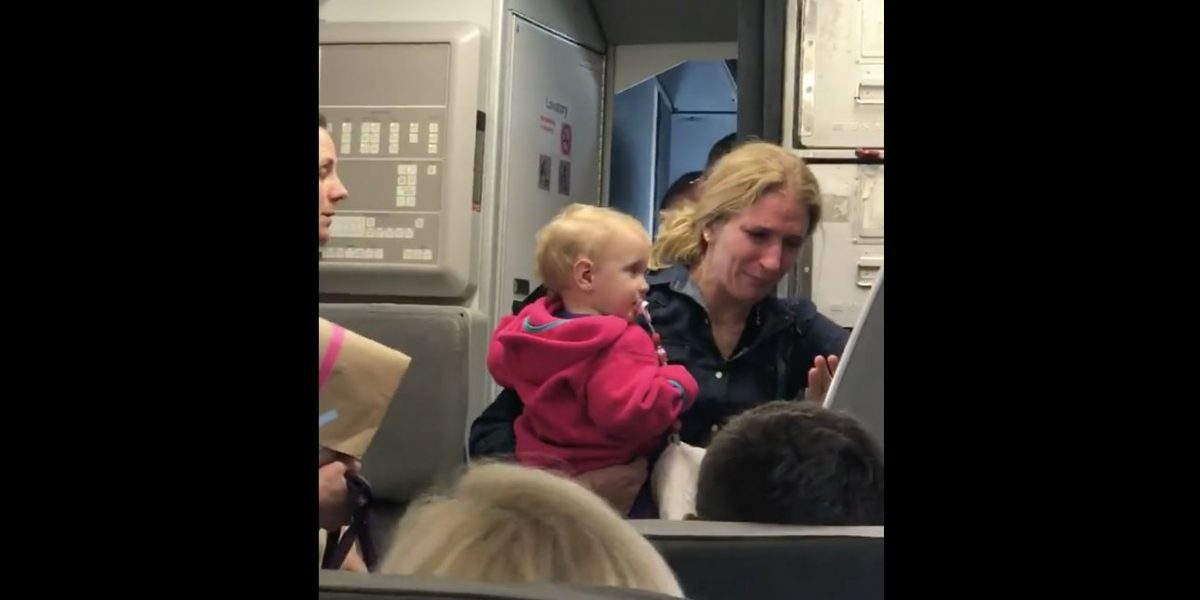 Suspenden empleado de American Airlines