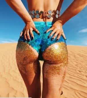 La nueva tendencia: Las mujeres se ponen glitter por detrás