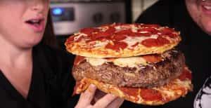 Un macho alfa hace una pizza dentro de una hamburguesa dentro de una pizza