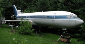 Este hombre vive en un avión en medio del bosque, y nada mal