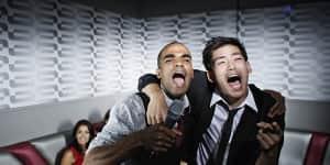Las mejores canciones de karaoke para hombres dolidos