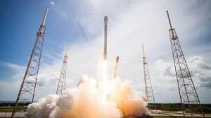 SpaceX logra aterrizar exitosamente su tercer cohete Falcon 9 en tierra firme