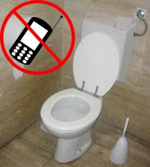 Doctora aconseja no utilizar el celular en el baño
