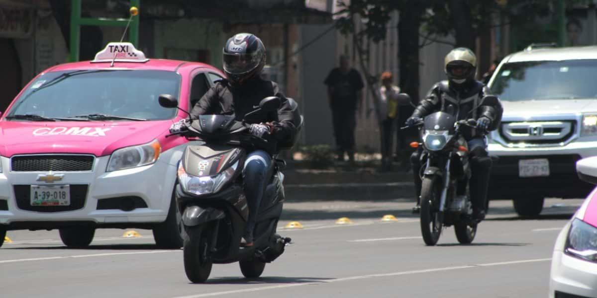 Si una moto atrás de ti te quiere rebasar, ¿debes hacerle espacio?