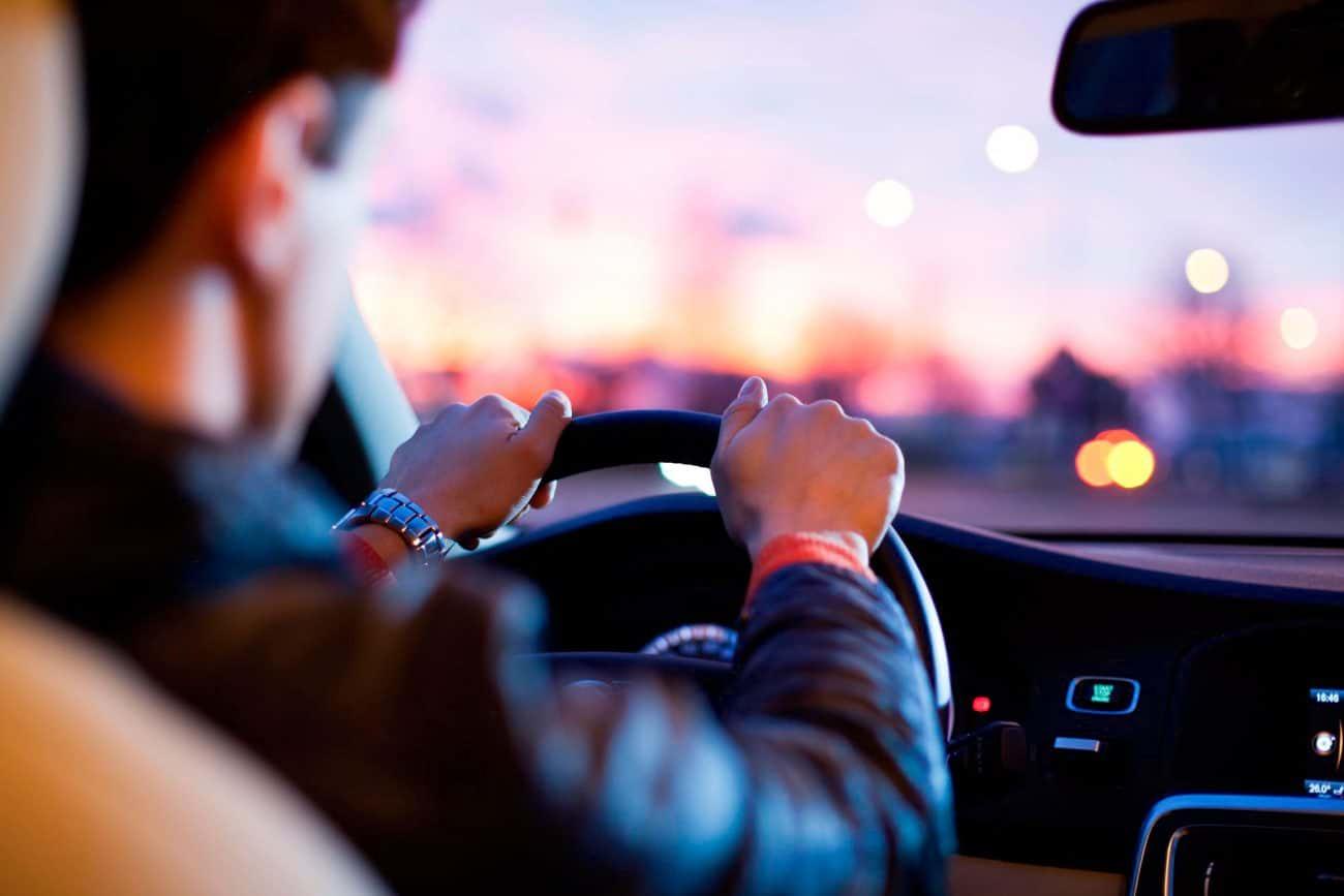 5 actitudes que enamoran a una mujer mientras conduces