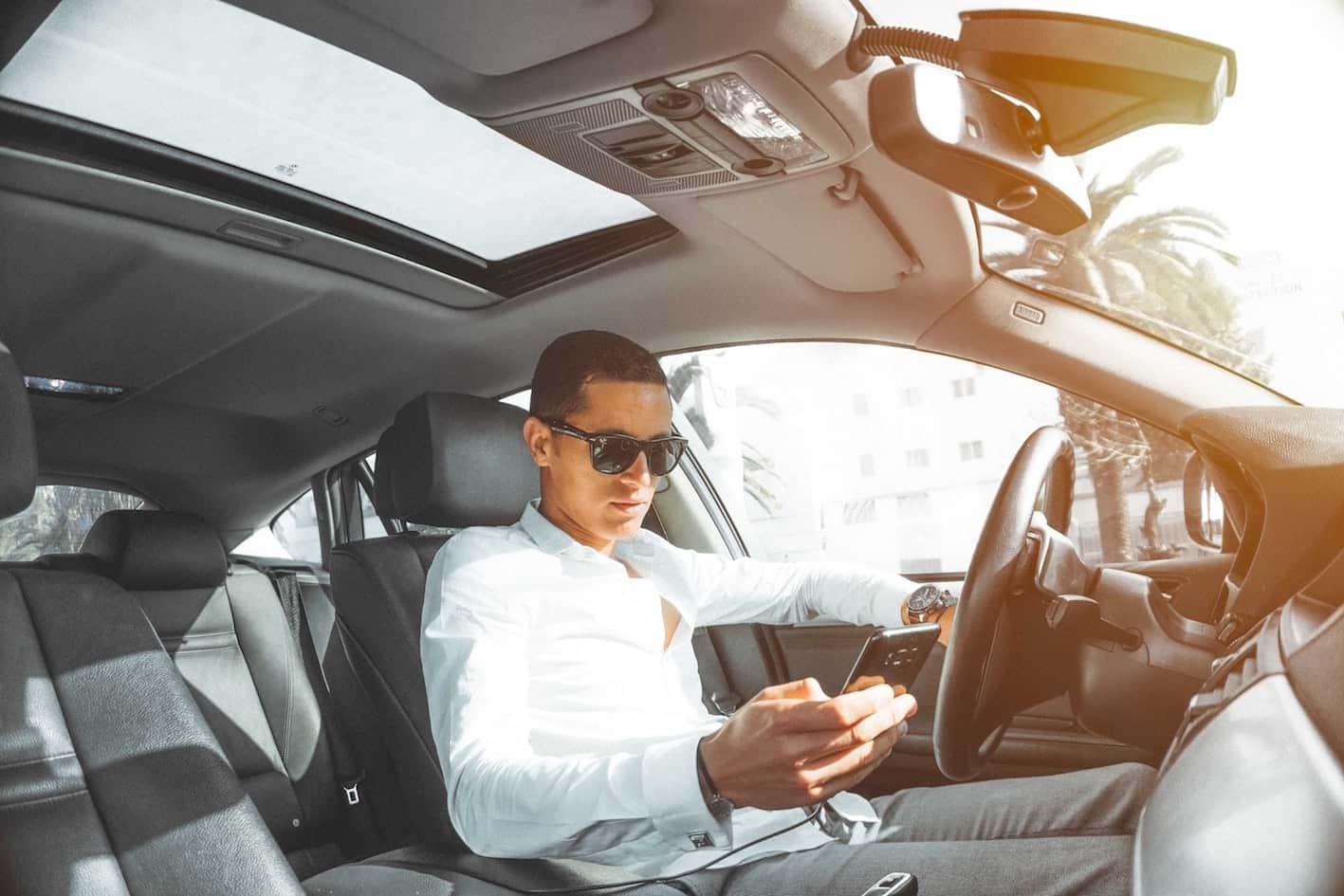 Cómo utilizar aparatos electrónicos en el auto con seguridad, evita accidentes