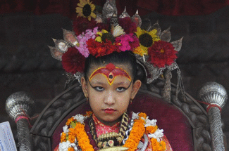 Esta niña fue coronada como diosa por tener 'pestañas de vaca'