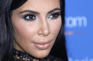 Kim Kardashian nuevamente en tratamiento por enfermedad a la piel