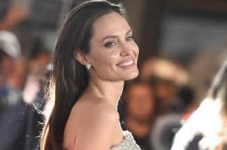 """""""No hay mayor pilar para la estabilidad que una mujer fuerte, libre y educada"""": Angelina Jolie"""