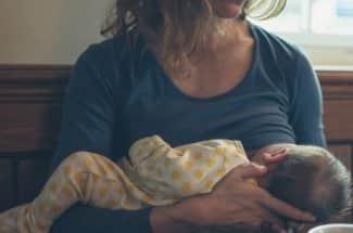Bebé le salva la vida a su mamá: le detecta cáncer al negarse a tomar leche