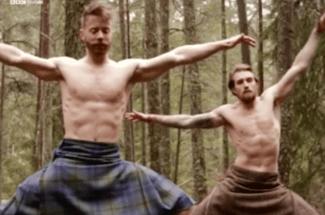 Yoga para relajar: los hombres en falda nunca fueron tan sexys