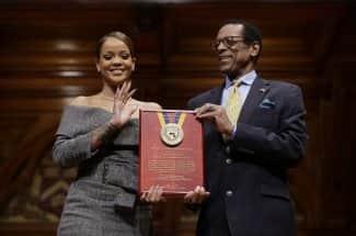 Rihanna le dice al mundo: 'No tienes que ser rico para ayudar', al ganar Premio Humanitario 2017