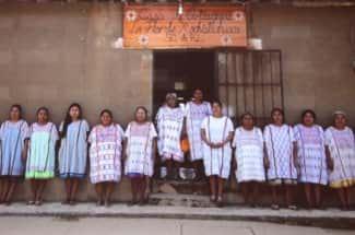 Mujeres indígenas tejen para denunciar la violencia y sanar heridas