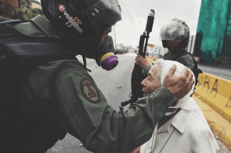 Monja conmueve al mundo al encarar a militares en Venezuela