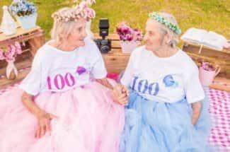Estas gemelas cumplieron 100 años y tuvieron una sesión de fotos de ensueño