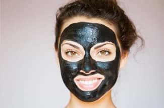 Mascarillas de carbón, el doloroso producto que pone en riesgo a tu piel