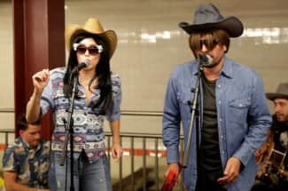Miley Cyrus se disfrazó y transformó el metro de Nueva York en concierto espontáneo