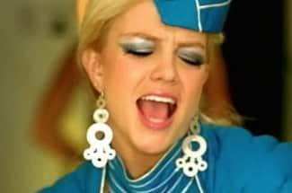 Estas azafatas hicieron su propia versión de 'Toxic' de Britney Spears ¡en pleno vuelo!