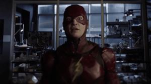 Crisis on Infinite Earths: Ezra Miller presentaría un traje nuevo de Flash